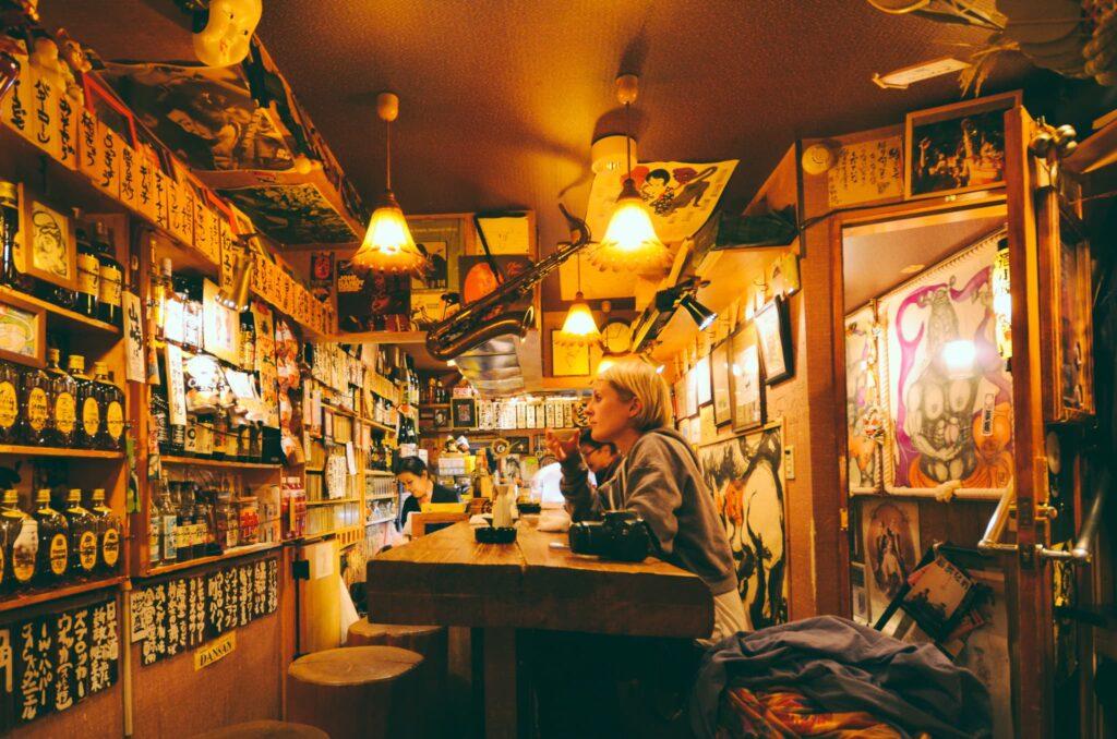 Turista dentro un locale del Golden Gai a Shinjuku