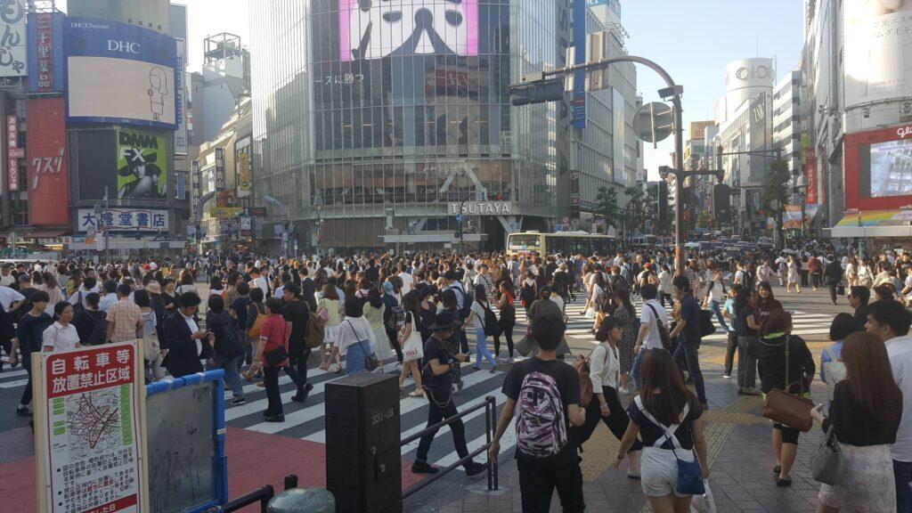 Attraversamento al semaforo verde dell'incrocio di Shibuya a Tokyo
