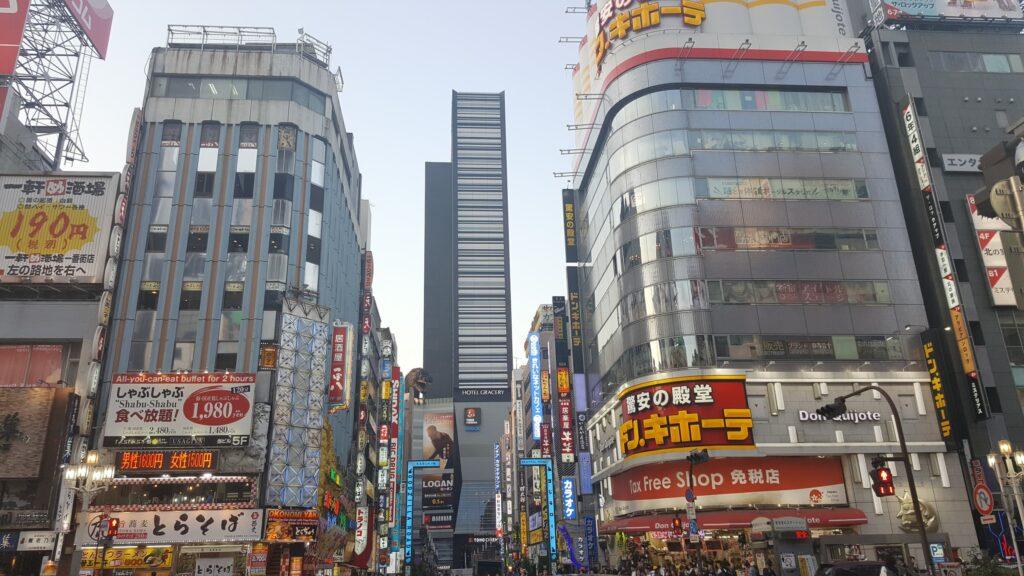 Statua di Godzilla e Hotel Gracery a Kabukicho (Shinjuku) di giorno
