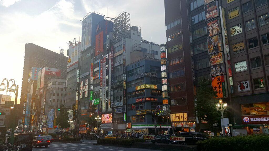 Tramonto del sole a Kabukicho (Shinjuku)