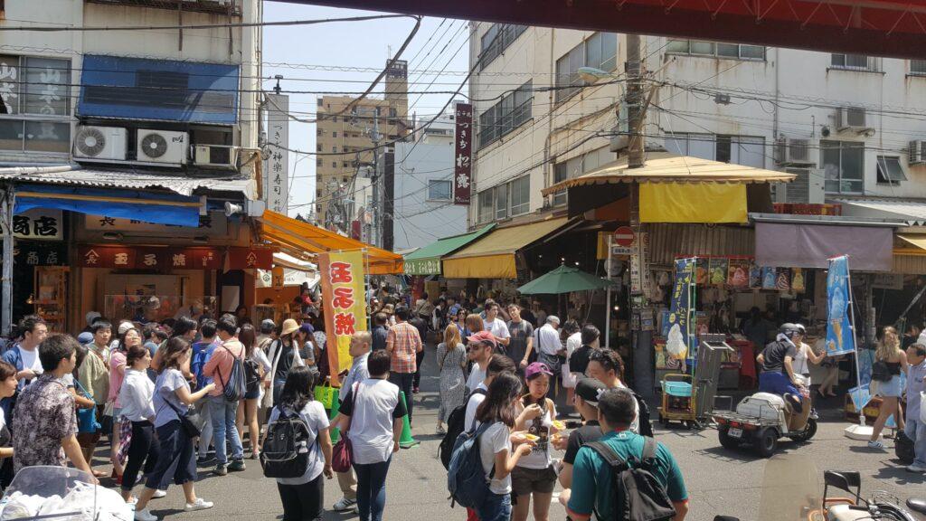 Folla di persone al mercato ittico di Tsukiji a Tokyo