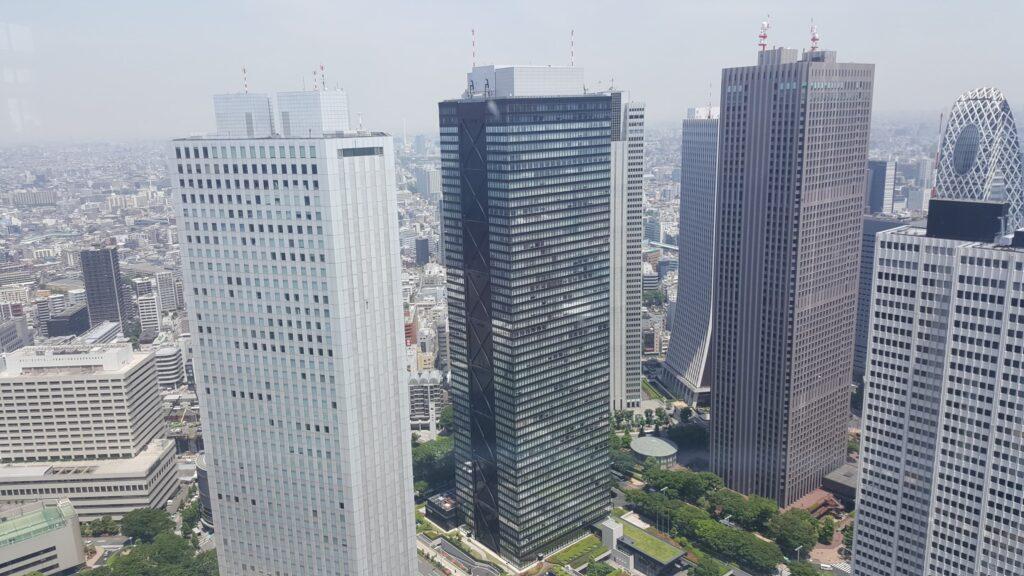 Grattacieli di fronte al palazzo del governo metropolitano di Tokyo