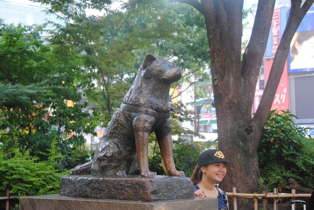 Primo piano della statua di Hachiko a Tokyo