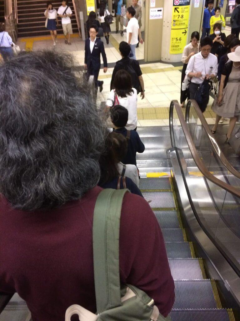 Fila ordinata nella stazione di Shinjuku (Tokyo)