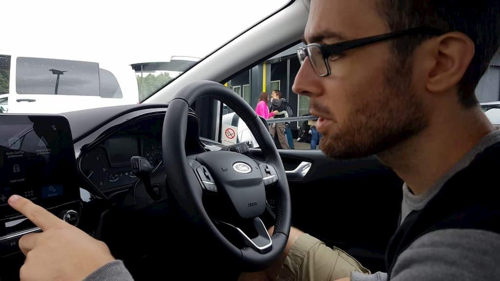 Uso navigatore integrato in un'auto a noleggio in Scozia